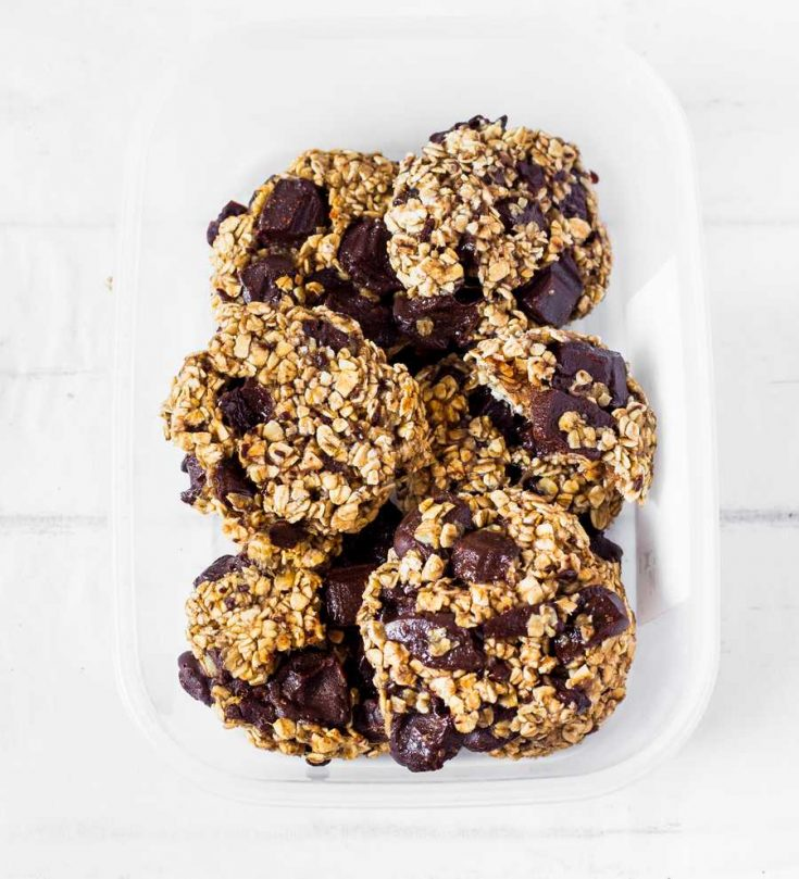 These 3-Ingredient Oatmeal Chocolate Chip Cookies are soft, easy to make and rich in chocolate. Perfect for a quick and healthy breakfast or dessert! Vegan, gluten-free, oil-free and refined sugar-free.