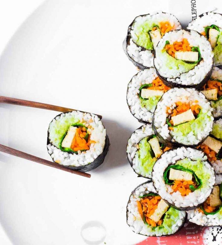 Easy Vegan Sushi Rolls : a very easy and healthy recipe for lunch or dinner. These sushi rolls only take 25 minutes to prepare and are filled with colorful vegetables. Gluten-free, oil-free and delicious!