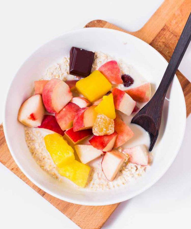 Ce Porridge aux flocons d'avoine est parfait pour le petit-déjeuner, le goûter ou après le sport. Il est vegan, sans gluten, sans sucre raffiné, sain, riche en protéines et délicieux. Bon appétit !