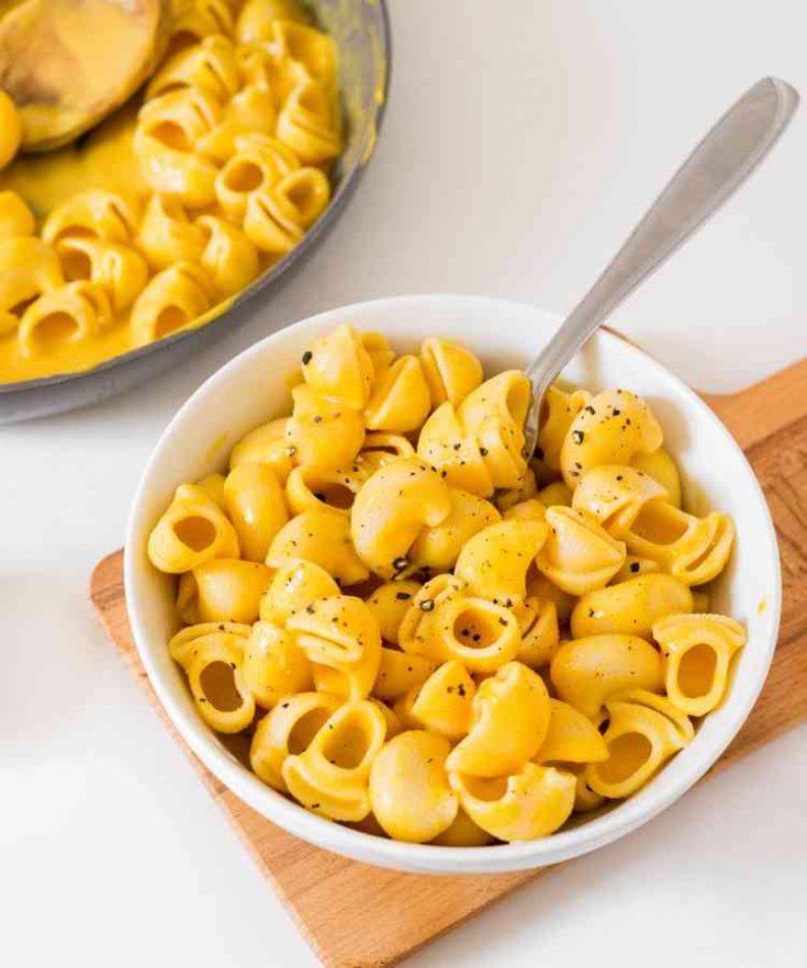 Recette de mac and cheese au potiron vegan, facile, sain, sans gluten et sans huile. Ce macaroni and cheese est délicieux et parfait pour le meal prep.