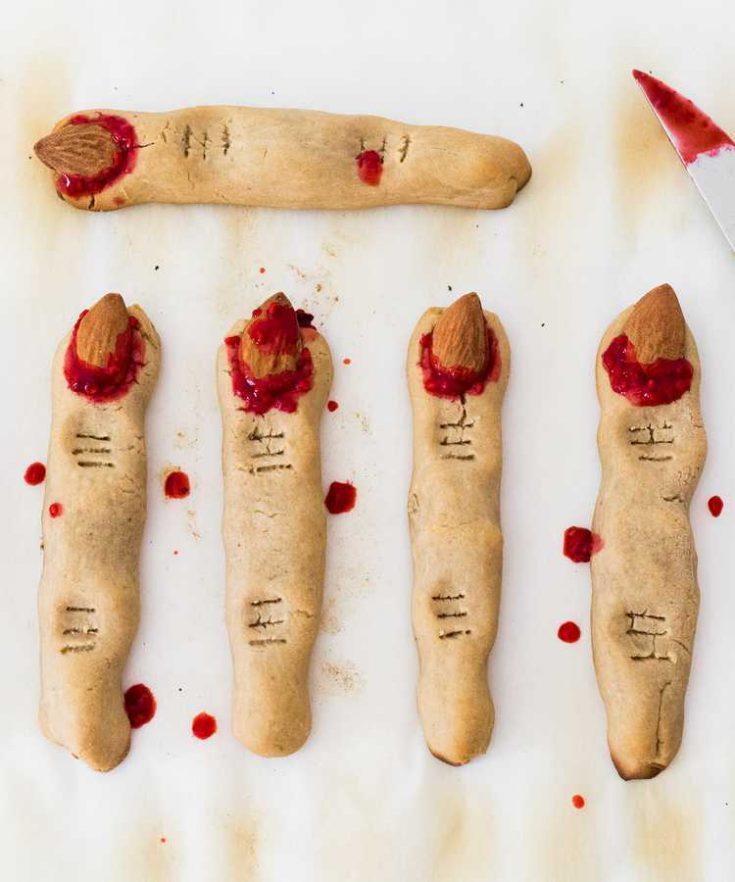 Ces cookies doigts de sorcière vegan sont parfaits pour Halloween! Ils sont faciles à faire, sans gluten, sans huile et sans sucre raffiné.